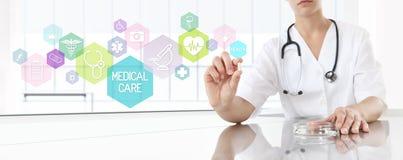 Docteur tenant la médecine de pilule avec les icônes roses Concept de soins de santé Image libre de droits
