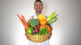 Docteur tenant le panier des légumes fruits organiques, de la santé et du concept de médecine banque de vidéos