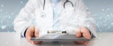 Docteur tenant le rendu numérique de l'interface 3D de cerveau Photographie stock
