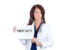 Docteur tenant le signe d'intimité Photo stock