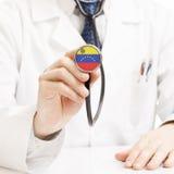 Docteur tenant le stéthoscope avec le drapeau - Venezuela images libres de droits