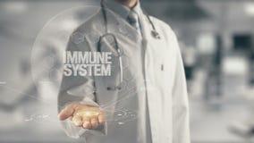 Docteur tenant le système immunitaire disponible