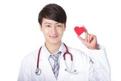 Docteur tenant un oreiller rouge de coeur d'amour Photos libres de droits