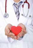 Docteur tenant un oreiller rouge de coeur d'amour Image stock