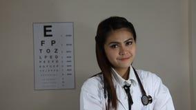 Docteur tenant un stéthoscope banque de vidéos