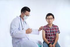 Docteur tenant une seringue avec la vaccination d'injection E images libres de droits