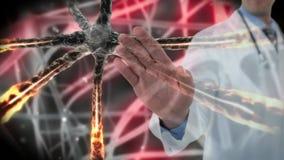 Docteur touchant l'écran invisible contre des cellules de bactéries banque de vidéos