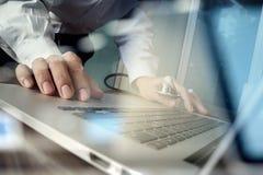 Docteur travaillant à l'espace de travail avec l'ordinateur portable Image libre de droits