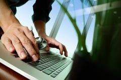Docteur travaillant à l'espace de travail avec l'ordinateur portable Photo stock