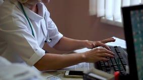Docteur travaillant à l'ordinateur Docteur dactylographiant sur le clavier banque de vidéos