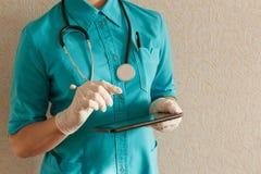 Docteur travaillant au comprimé Photo stock
