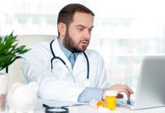 Docteur travaillant avec l'ordinateur portable Image libre de droits