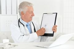 Docteur travaillant avec l'ordinateur portatif Image libre de droits
