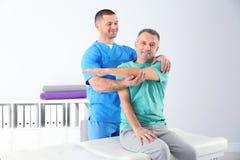 Docteur travaillant avec le patient dans l'hôpital photographie stock libre de droits