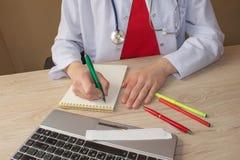 Docteur travaillant dans l'hôpital écrivant une prescription Doct de médecine Photo libre de droits