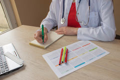 Docteur travaillant dans l'hôpital écrivant une prescription Doctor& x27 de médecine ; lieu de travail de s Photo libre de droits