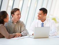 Docteur Using Laptop Discussing Treatment avec des patients Images stock