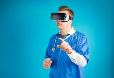 Docteur utilisant des lunettes de r?alit? virtuelle images libres de droits