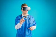 Docteur utilisant l'application médicale de réalité virtuelle photographie stock libre de droits