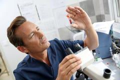 Docteur vérifiant des prises de sang dans le laboratoire Photos libres de droits