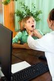 Docteur vérifiant la thyroïde de l'adolescent Image stock