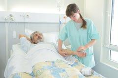 Docteur vérifiant le rapport médical dans la chambre d'hôpital Photos libres de droits