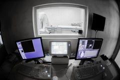 Docteur vétérinaire avec la gestion par ordinateur d'IRM Photos stock