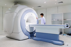 Docteur vétérinaire travaillant dans la chambre d'IRM photographie stock