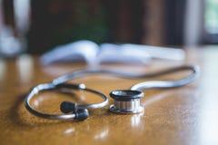 Docteur Writes Prescriptions Photo stock