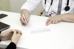 Docteur Writes une prescription photographie stock libre de droits