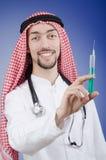 Doctor árabe con la jeringuilla imagenes de archivo