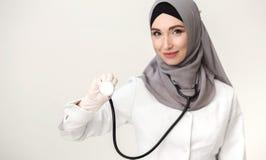 Doctor árabe de la mujer que muestra el estetoscopio imagen de archivo libre de regalías