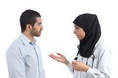Doctor árabe que habla con un paciente imagen de archivo
