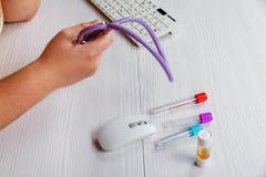Doctor& x27 медицины; таблица деятельности s Мужской доктор медицины работая на предпосылке Стоковое фото RF
