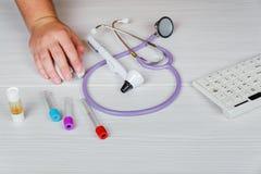Doctor& x27 медицины; таблица деятельности s Фокус на стетоскопе концепция доктора в hotpital Стоковая Фотография