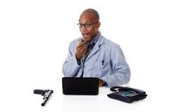 Doctor acertado del hombre del afroamericano, arma Fotografía de archivo libre de regalías
