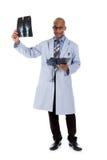 Doctor acertado del hombre del afroamericano, radiografías Fotos de archivo libres de regalías