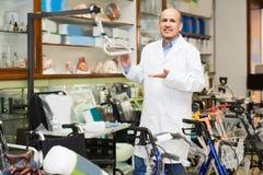 Doctor adulto que presenta cerca del equipo ortopédico Imagenes de archivo