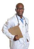 Doctor africano con el informe médico Imágenes de archivo libres de regalías
