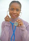 Doctor africano que sonríe en el paciente. Foto de archivo libre de regalías