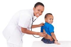 Doctor afroamericano de la mujer con el niño Fotografía de archivo
