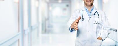 Doctor amistoso feliz que se coloca en vestíbulo del hospital Imágenes de archivo libres de regalías