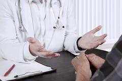 Doctor anónimo que habla con un paciente Fotos de archivo