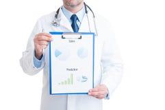 Doctor anónimo que muestra cartas médicas Imagen de archivo