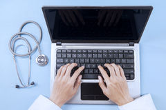 Doctor analyzing human illness on laptop 1 Royalty Free Stock Photography