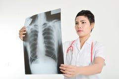 Doctor asiático que examina una radiografía del pulmón Imágenes de archivo libres de regalías