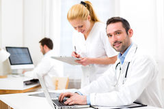 Doctor and an assistant working together at the hospital Royalty Free Stock Photos