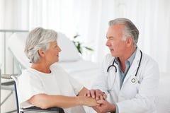 Doctor att tala med hans tålmodig 免版税库存图片