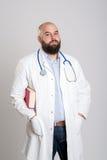 Doctor barbudo joven con el libro Fotos de archivo