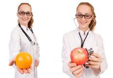 Doctor bastante de sexo femenino con el estetoscopio y la naranja aislados en whi Fotos de archivo libres de regalías